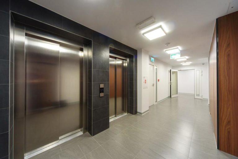 winda - wejście do apartamentów